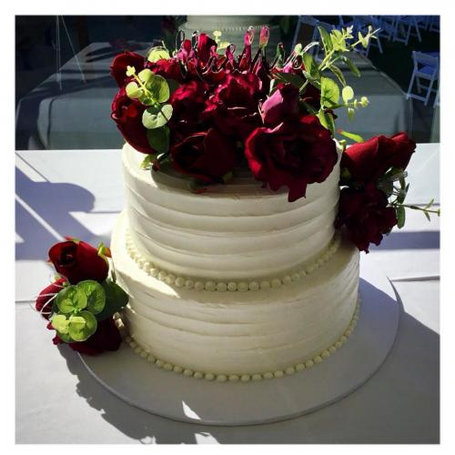 Wedding cake 2 tier with red roses and buttercream